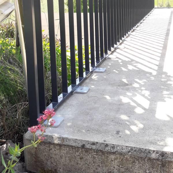Eine feuerverzinkte Fussplatte passt gut zu Beton