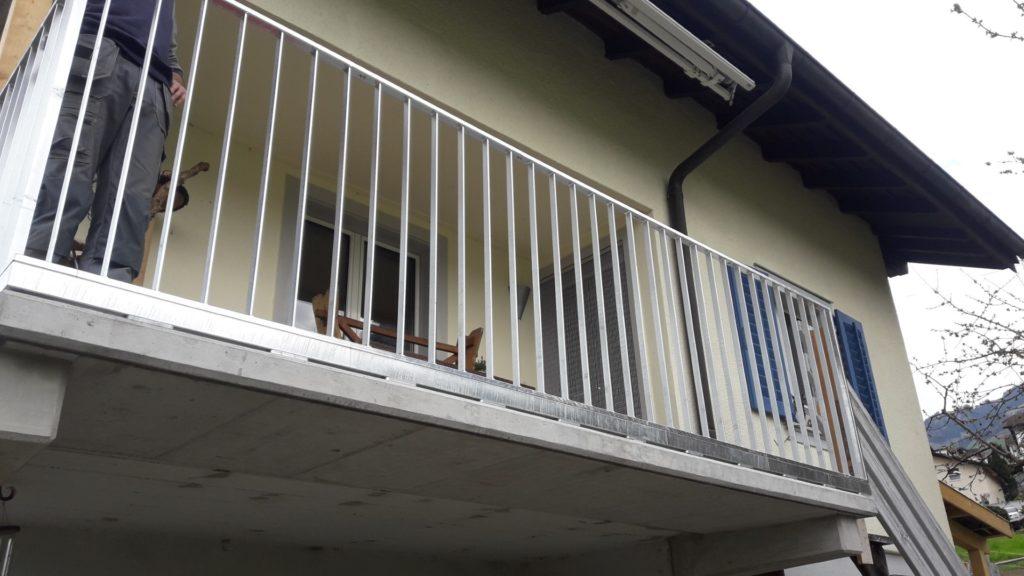 Staketengeländer Feuerverzinkt mit Erhöhung auf Balkon