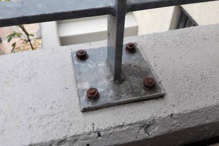 So nicht - Dübel im Aussenbereich dürfen nicht verzinkt sein, sonst rosten sie schnell