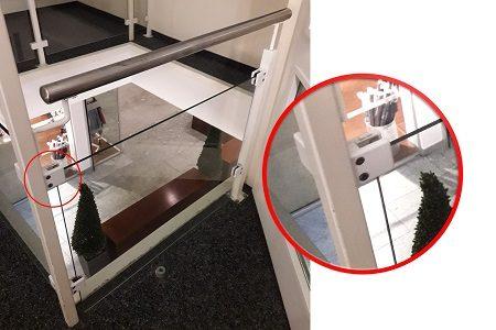 Glasfüllung aus Glashaltern gerutscht
